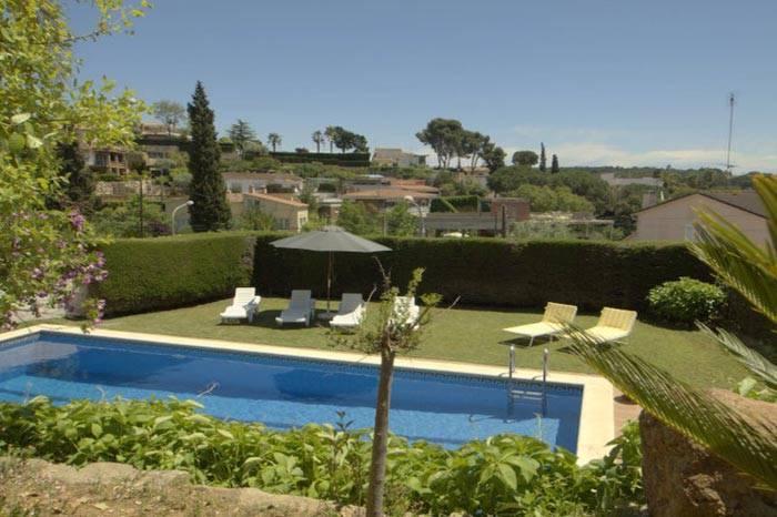 Location villa avec piscine lloret de mar pour 7 8 for Location maison tossa de mar avec piscine